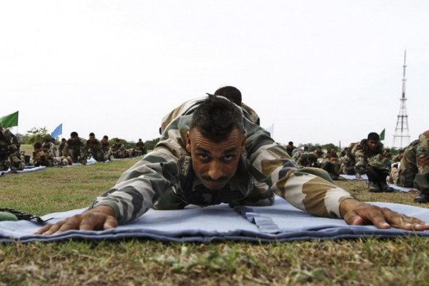 Индийские солдаты занимаются йогой на тренировочной военной базе в Ченнаи