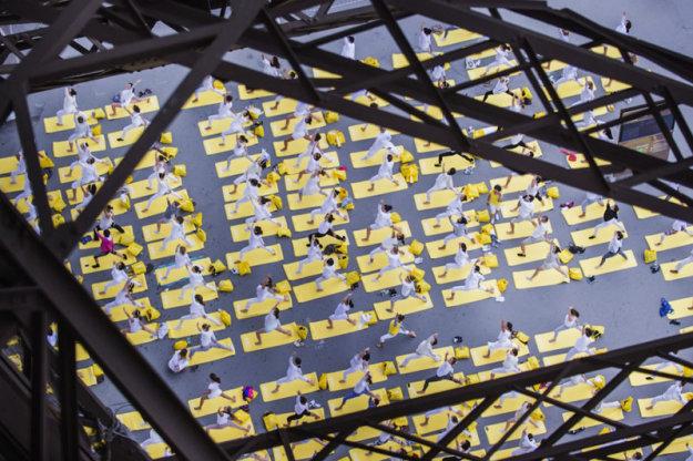 Международный день йоги у Эйфелевой башни, Париж