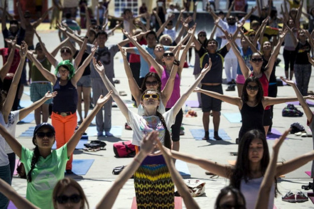Международный день йоги в городе Алма-Аты, Казахстан