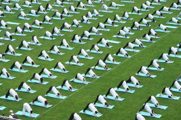 Международный день йоги возле Пекинского университета, Китай